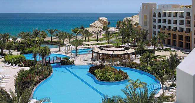 Vue sur les piscines de l'hôtel Al Waha
