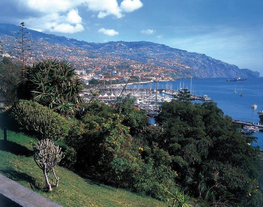Hôtel 4* sur le Lido à Funchal, Dégustation de vin à Madère, Visite des jardins de Funcha, Dîner spectacle, Guide pour toutes les excurssions